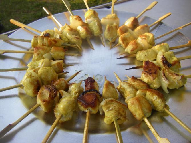 Brochettes de poulet aux épices Colombo, grillées au moment